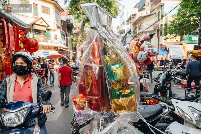 Người Hà Nội chen chúc sắm lễ, mua bộ gà luộc xôi gấc 500.000 - 600.000 đồng cúng tiễn Ông Công Ông Táo - ảnh 4