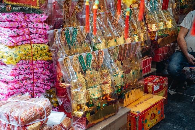 Người Hà Nội chen chúc sắm lễ, mua bộ gà luộc xôi gấc 500.000 - 600.000 đồng cúng tiễn Ông Công Ông Táo - ảnh 3