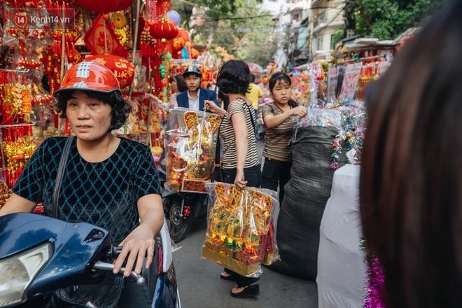 Người Hà Nội chen chúc sắm lễ, mua bộ gà luộc xôi gấc 500.000 - 600.000 đồng cúng tiễn Ông Công Ông Táo - ảnh 11