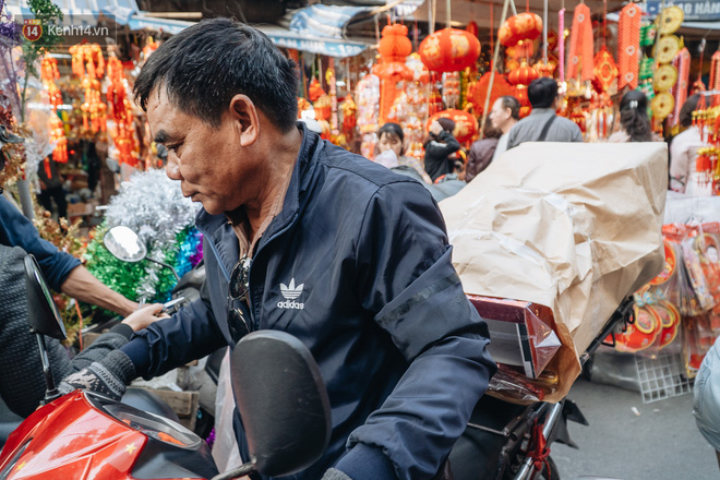 Người Hà Nội chen chúc sắm lễ, mua bộ gà luộc xôi gấc 500.000 - 600.000 đồng cúng tiễn Ông Công Ông Táo - ảnh 10