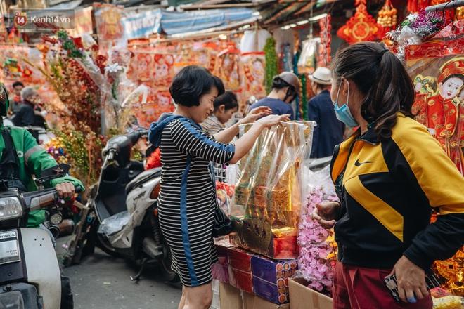 Người Hà Nội chen chúc sắm lễ, mua bộ gà luộc xôi gấc 500.000 - 600.000 đồng cúng tiễn Ông Công Ông Táo - ảnh 9