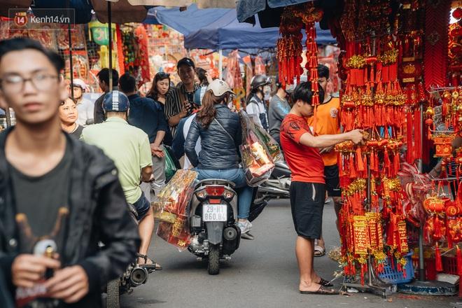 Người Hà Nội chen chúc sắm lễ, mua bộ gà luộc xôi gấc 500.000 - 600.000 đồng cúng tiễn Ông Công Ông Táo - ảnh 8