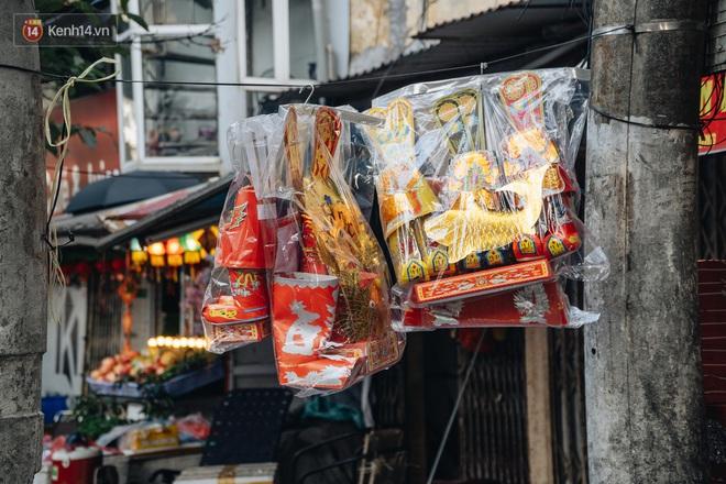 Người Hà Nội chen chúc sắm lễ, mua bộ gà luộc xôi gấc 500.000 - 600.000 đồng cúng tiễn Ông Công Ông Táo - ảnh 7