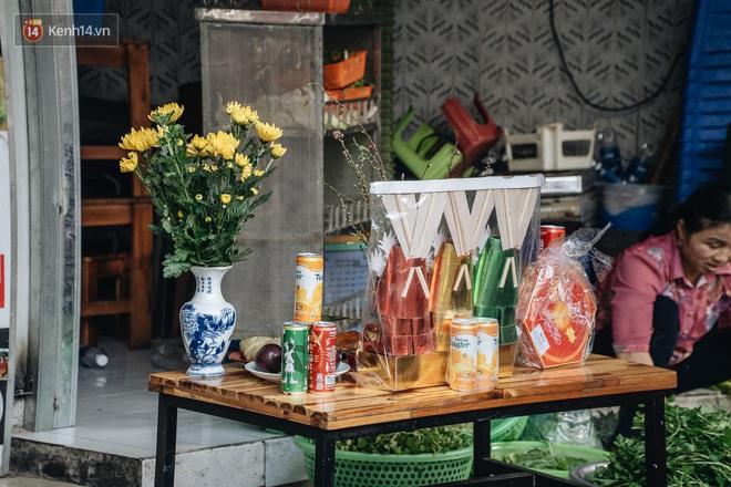 Người Hà Nội chen chúc sắm lễ, mua bộ gà luộc xôi gấc 500.000 - 600.000 đồng cúng tiễn Ông Công Ông Táo - ảnh 12
