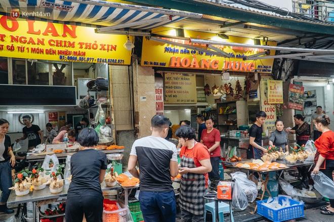 Người Hà Nội chen chúc sắm lễ, mua bộ gà luộc xôi gấc 500.000 - 600.000 đồng cúng tiễn Ông Công Ông Táo - ảnh 14