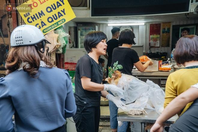 Người Hà Nội chen chúc sắm lễ, mua bộ gà luộc xôi gấc 500.000 - 600.000 đồng cúng tiễn Ông Công Ông Táo - ảnh 16