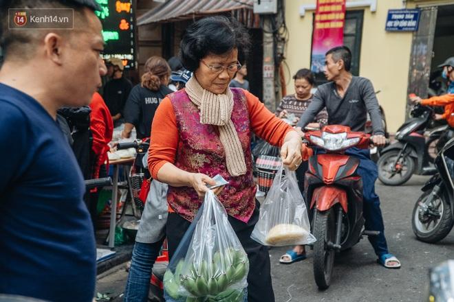 Người Hà Nội chen chúc sắm lễ, mua bộ gà luộc xôi gấc 500.000 - 600.000 đồng cúng tiễn Ông Công Ông Táo - ảnh 19