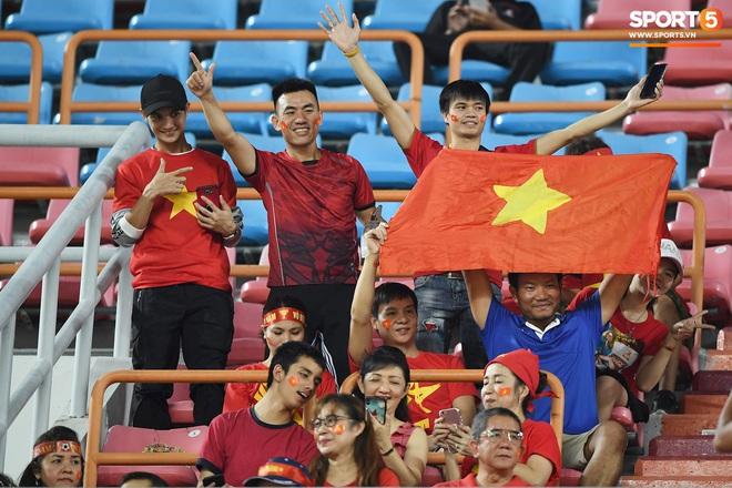 Không chỉ có bạn gái tin đồn của Quang Hải, khán đài trận U23 Việt Nam vs CHDCND Triều Tiên còn có nhiều bóng hổng khác khiến dân tình chao đảo - ảnh 10