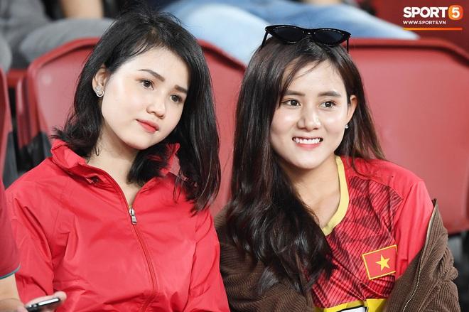 Không chỉ có bạn gái tin đồn của Quang Hải, khán đài trận U23 Việt Nam vs CHDCND Triều Tiên còn có nhiều bóng hổng khác khiến dân tình chao đảo - ảnh 4
