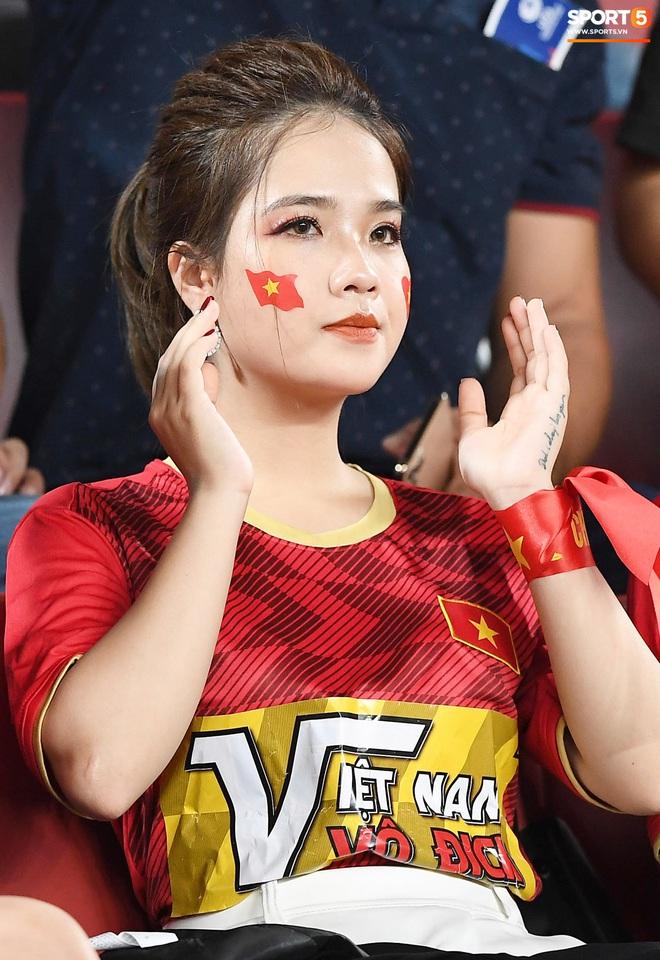 Không chỉ có bạn gái tin đồn của Quang Hải, khán đài trận U23 Việt Nam vs CHDCND Triều Tiên còn có nhiều bóng hổng khác khiến dân tình chao đảo - ảnh 6