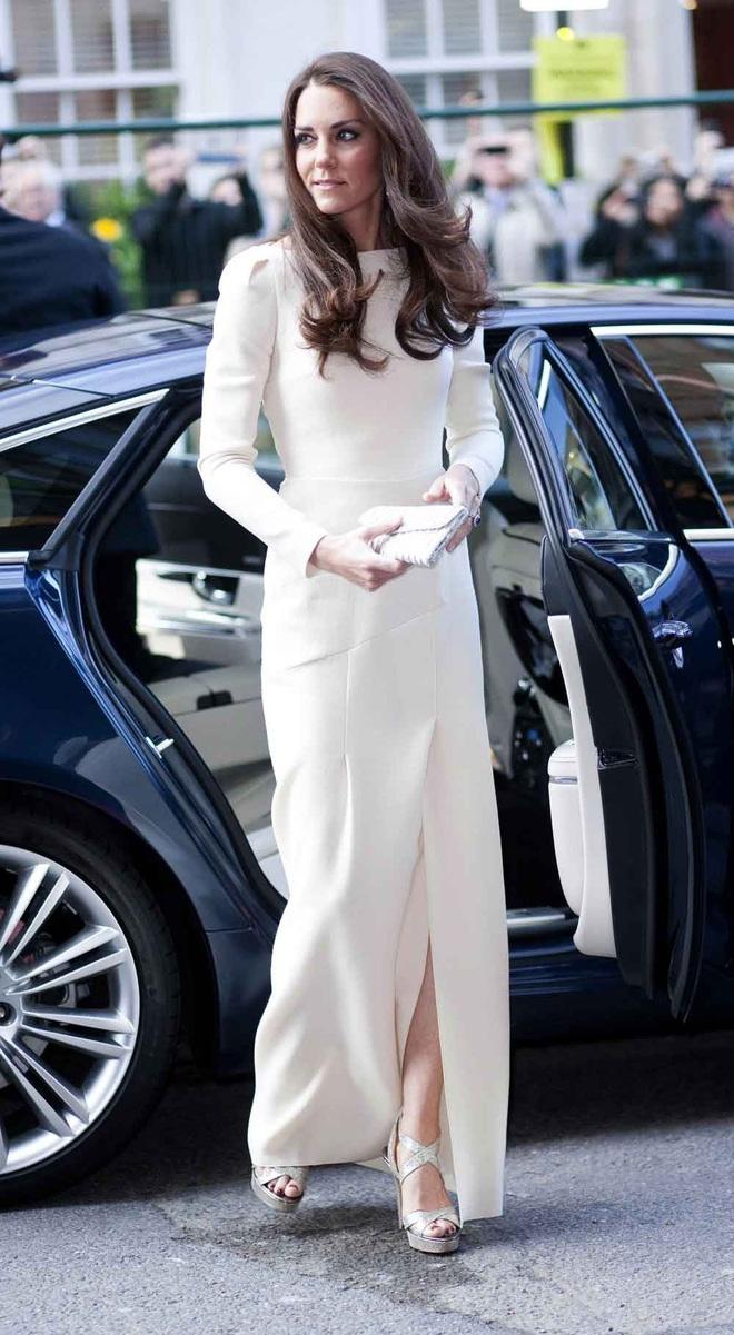 Nổi tiếng dung dị nhưng hóa ra Công nương Kate Middleton cũng từng phá luật chất chơi nào kém Meghan Markle - ảnh 1