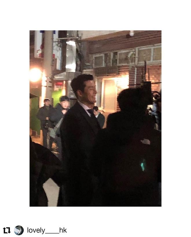 Hyun Bin tóc vuốt bóng loáng gây mê cực mạnh ở hình chụp bừa hậu trường Crash Landing on You - ảnh 6