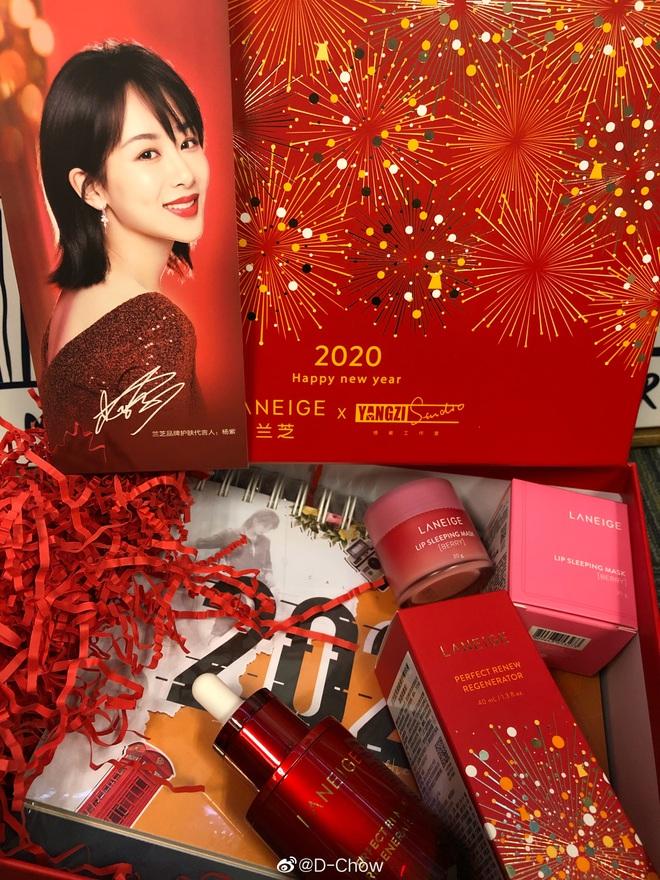 Choáng với quà năm mới toàn mỹ phẩm xịn sò của sao Cbiz: Triệu Lệ Dĩnh, Na Trát tặng nguyên bộ son môi, skincare đắt đỏ - ảnh 7