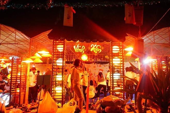 Choáng ngợp trước cổng trại Tết siêu hoành tráng của trường người ta: Bên ngoài khổng lồ, bên trong rực rỡ như kinh đô ánh sáng - ảnh 7