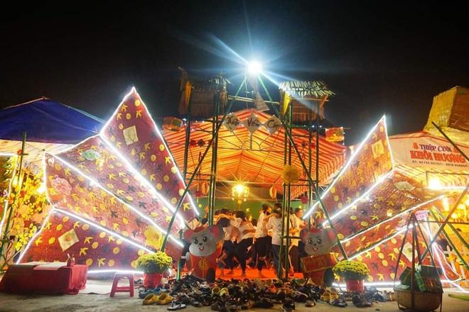 Choáng ngợp trước cổng trại Tết siêu hoành tráng của trường người ta: Bên ngoài khổng lồ, bên trong rực rỡ như kinh đô ánh sáng - ảnh 9