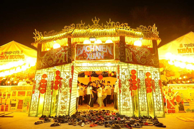 Choáng ngợp trước cổng trại Tết siêu hoành tráng của trường người ta: Bên ngoài khổng lồ, bên trong rực rỡ như kinh đô ánh sáng - ảnh 1