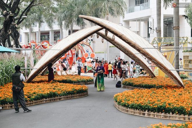 Phố nhà giàu Phú Mỹ Hưng đón Tết Canh Tý với đường hoa xuân đầy lúa và bắp ngô, tái hiện khung cảnh làng quê bình dị - ảnh 19