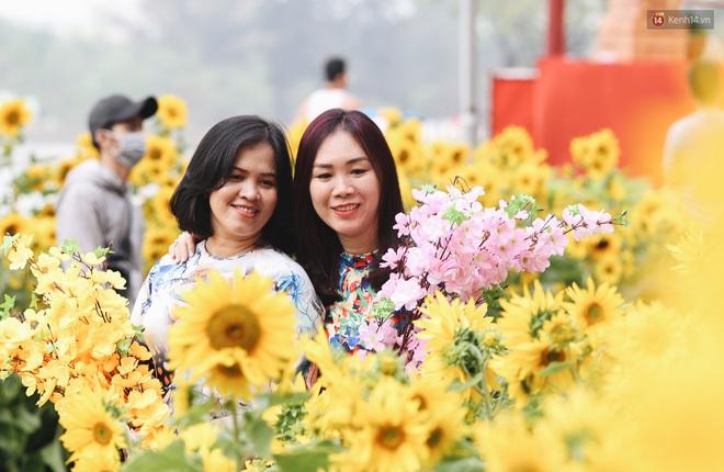 Phố nhà giàu Phú Mỹ Hưng đón Tết Canh Tý với đường hoa xuân đầy lúa và bắp ngô, tái hiện khung cảnh làng quê bình dị - ảnh 9