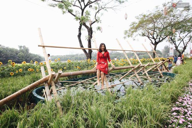 Phố nhà giàu Phú Mỹ Hưng đón Tết Canh Tý với đường hoa xuân đầy lúa và bắp ngô, tái hiện khung cảnh làng quê bình dị - ảnh 5