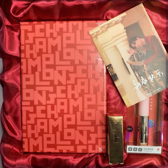Choáng với quà năm mới toàn mỹ phẩm xịn sò của sao Cbiz: Triệu Lệ Dĩnh, Na Trát tặng nguyên bộ son môi, skincare đắt đỏ - ảnh 12