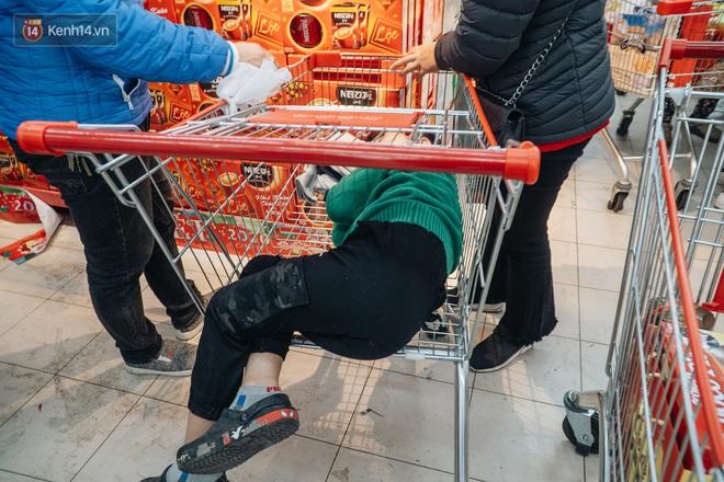 Ảnh: Siêu thị ken đặc người mua sắm ngày giáp Tết, khách hàng mệt mỏi khi phải chờ cả tiếng mới được thanh toán - ảnh 28