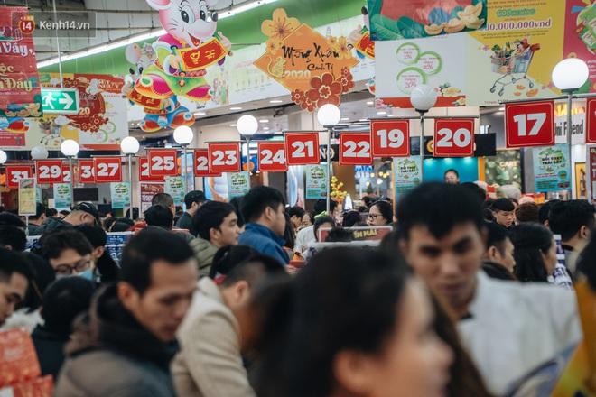 Ảnh: Siêu thị ken đặc người mua sắm ngày giáp Tết, khách hàng mệt mỏi khi phải chờ cả tiếng mới được thanh toán - ảnh 32