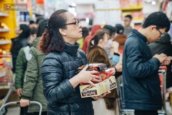 Ảnh: Siêu thị ken đặc người mua sắm ngày giáp Tết, khách hàng mệt mỏi khi phải chờ cả tiếng mới được thanh toán - ảnh 14
