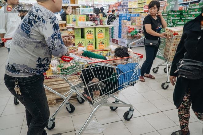 Ảnh: Siêu thị ken đặc người mua sắm ngày giáp Tết, khách hàng mệt mỏi khi phải chờ cả tiếng mới được thanh toán - ảnh 27