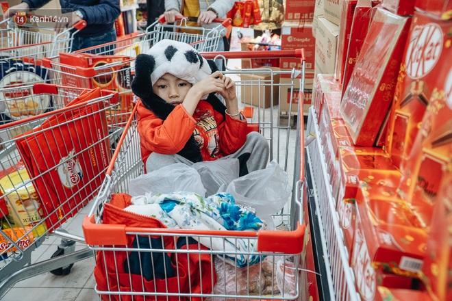 Ảnh: Siêu thị ken đặc người mua sắm ngày giáp Tết, khách hàng mệt mỏi khi phải chờ cả tiếng mới được thanh toán - ảnh 26