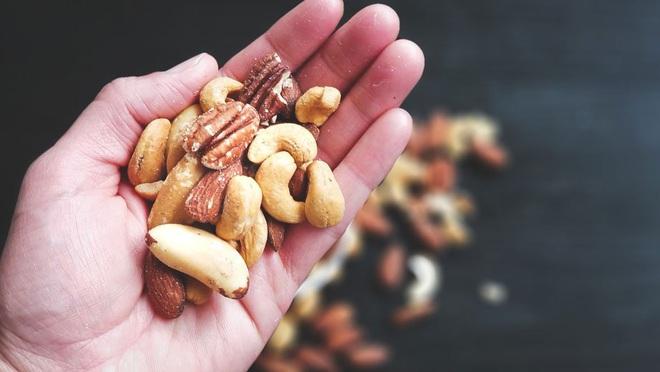 Mùa đông thấy tóc rụng lả tả nhiều, cứ chăm ăn 1 trong 3 loại thực phẩm sau là tóc sẽ nhanh ổn hơn - ảnh 2