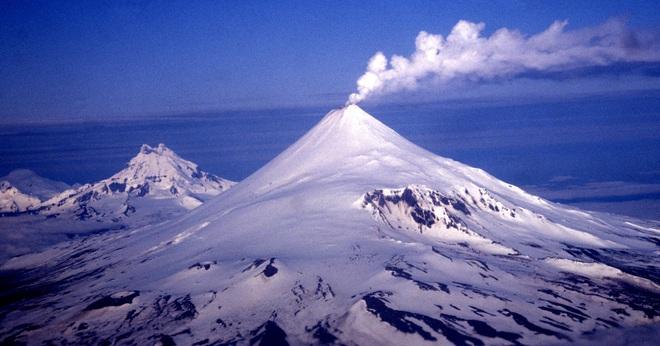 Núi lửa ở Alaska phun tro bụi cao 8m, nhiều hãng hàng không phải cảnh báo bay - ảnh 1