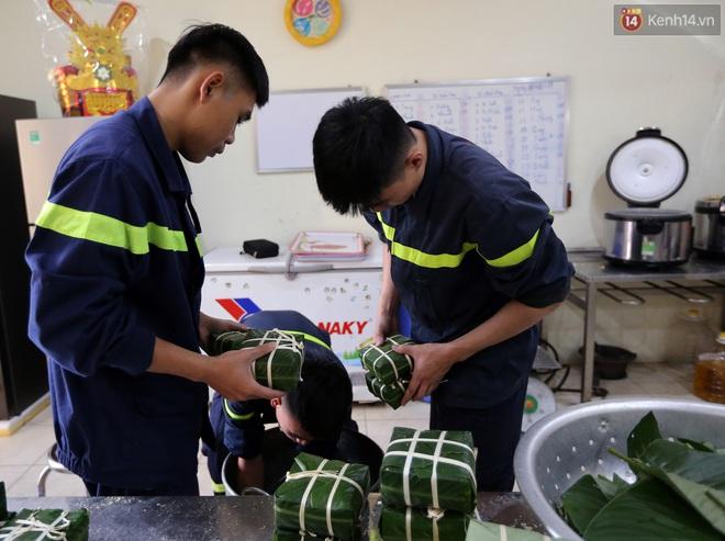 Phút quây quần của những chiến sĩ cứu hỏa bên nồi bánh chưng ngày giáp Tết - ảnh 1