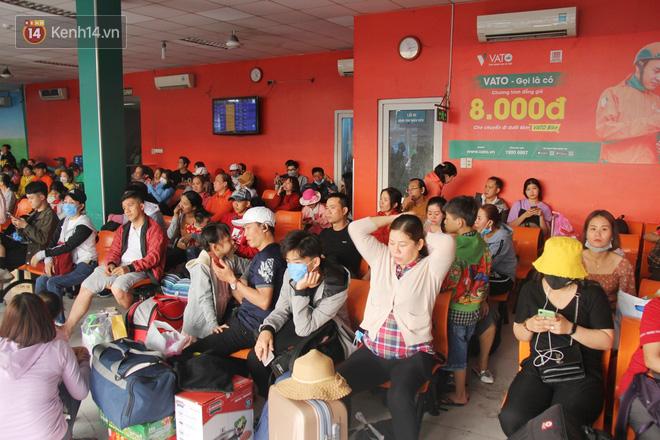 Người dân ùn ùn rời Sài Gòn về miền Tây ăn Tết khiến bến xe chật cứng, nhiều người ngủ gục trước giờ ra xe - ảnh 4