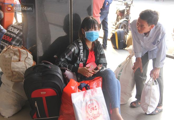 Người dân ùn ùn rời Sài Gòn về miền Tây ăn Tết khiến bến xe chật cứng, nhiều người ngủ gục trước giờ ra xe - ảnh 16