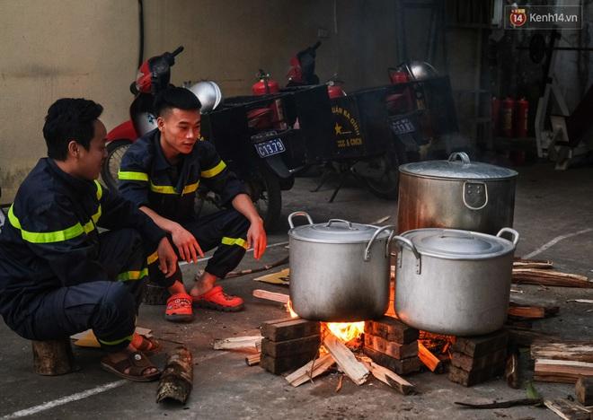 Phút quây quần của những chiến sĩ cứu hỏa bên nồi bánh chưng ngày giáp Tết - ảnh 9