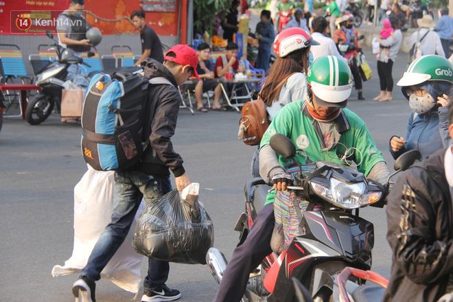 Người dân ùn ùn rời Sài Gòn về miền Tây ăn Tết khiến bến xe chật cứng, nhiều người ngủ gục trước giờ ra xe - ảnh 3