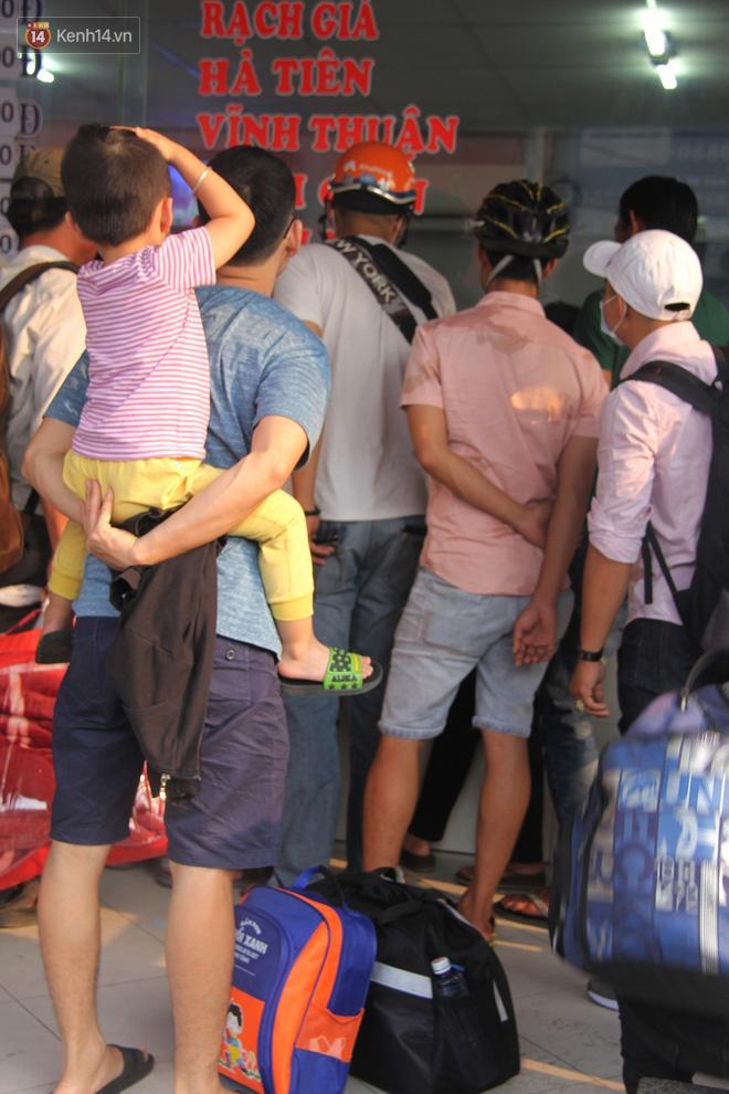 Người dân ùn ùn rời Sài Gòn về miền Tây ăn Tết khiến bến xe chật cứng, nhiều người ngủ gục trước giờ ra xe - ảnh 12