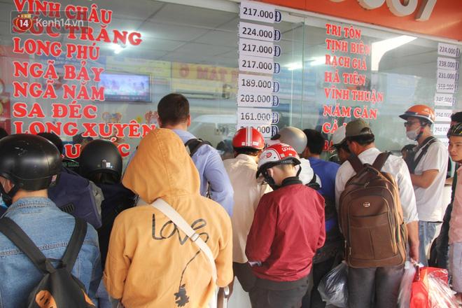 Người dân ùn ùn rời Sài Gòn về miền Tây ăn Tết khiến bến xe chật cứng, nhiều người ngủ gục trước giờ ra xe - ảnh 8