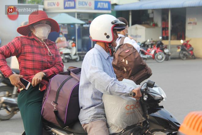 Người dân ùn ùn rời Sài Gòn về miền Tây ăn Tết khiến bến xe chật cứng, nhiều người ngủ gục trước giờ ra xe - ảnh 15