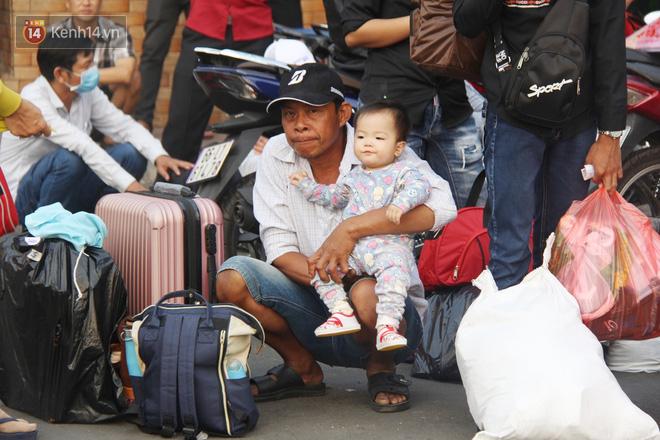 Người dân ùn ùn rời Sài Gòn về miền Tây ăn Tết khiến bến xe chật cứng, nhiều người ngủ gục trước giờ ra xe - ảnh 7