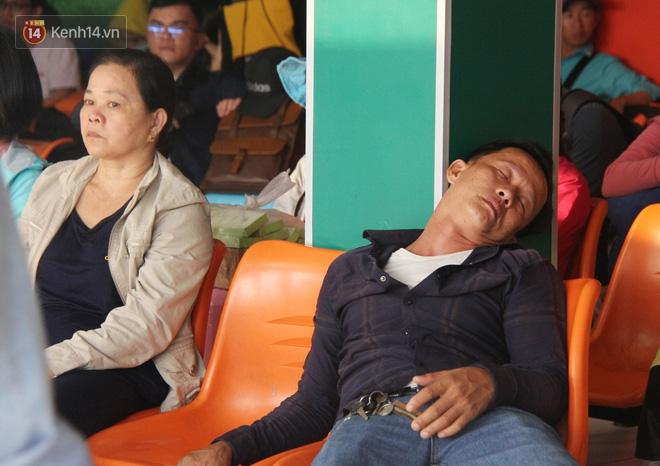Người dân ùn ùn rời Sài Gòn về miền Tây ăn Tết khiến bến xe chật cứng, nhiều người ngủ gục trước giờ ra xe - ảnh 6