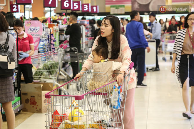 """Trung tâm thương mại Hà Nội """"thất thủ"""", khách hàng chen chúc mua sắm ngày 27 Tết - ảnh 11"""