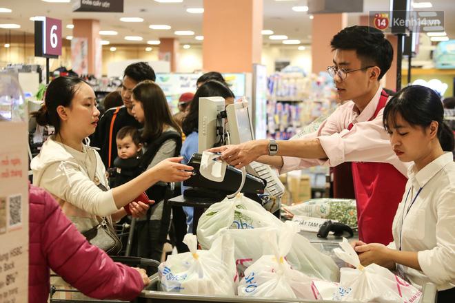 """Trung tâm thương mại Hà Nội """"thất thủ"""", khách hàng chen chúc mua sắm ngày 27 Tết - ảnh 13"""