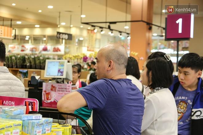 """Trung tâm thương mại Hà Nội """"thất thủ"""", khách hàng chen chúc mua sắm ngày 27 Tết - ảnh 14"""
