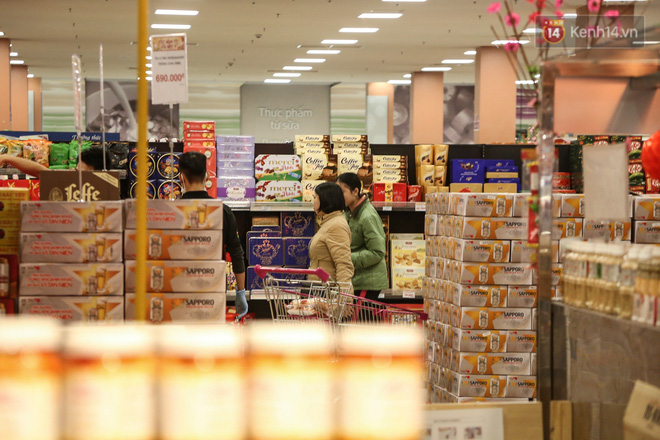 """Trung tâm thương mại Hà Nội """"thất thủ"""", khách hàng chen chúc mua sắm ngày 27 Tết - ảnh 4"""