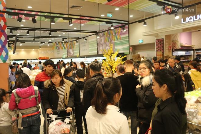 """Trung tâm thương mại Hà Nội """"thất thủ"""", khách hàng chen chúc mua sắm ngày 27 Tết - ảnh 2"""