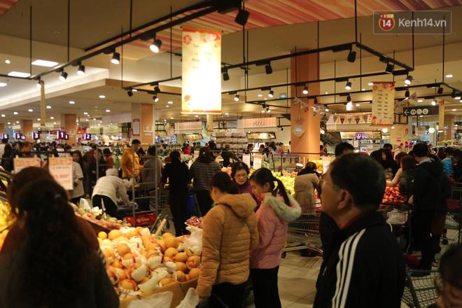 """Trung tâm thương mại Hà Nội """"thất thủ"""", khách hàng chen chúc mua sắm ngày 27 Tết - ảnh 3"""