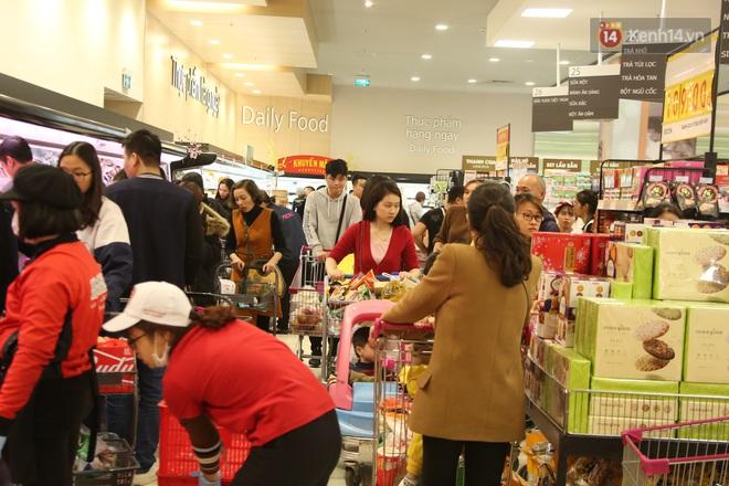 """Trung tâm thương mại Hà Nội """"thất thủ"""", khách hàng chen chúc mua sắm ngày 27 Tết - ảnh 1"""