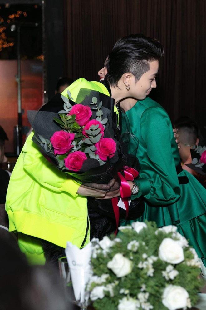 Cuối cùng Hoàng Thùy Linh cũng đăng ảnh bên Gil Lê, lại còn ôm nhau cực tình đủ làm netizen phát sốt - ảnh 1