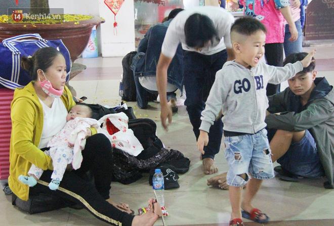 Ảnh: Hàng trăm người đem chiếu nằm ngủ, vật vờ đợi tàu về quê ăn Tết giữa cái nóng gay gắt tại ga Sài Gòn - ảnh 14